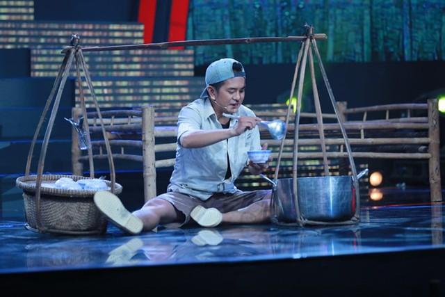 Hùng Thuận tiếp tục giữ phong độ khi hóa thân thành một chàng trai tật nguyền qua trích đoạn cải lương Giũ áo bụi đời.