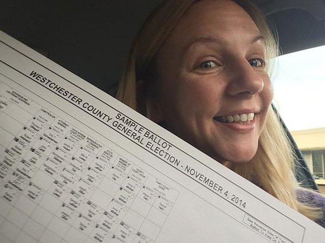 Một phụ nữ chụp lại lá phiếu của mình, năm 2014. Ảnh: VOX
