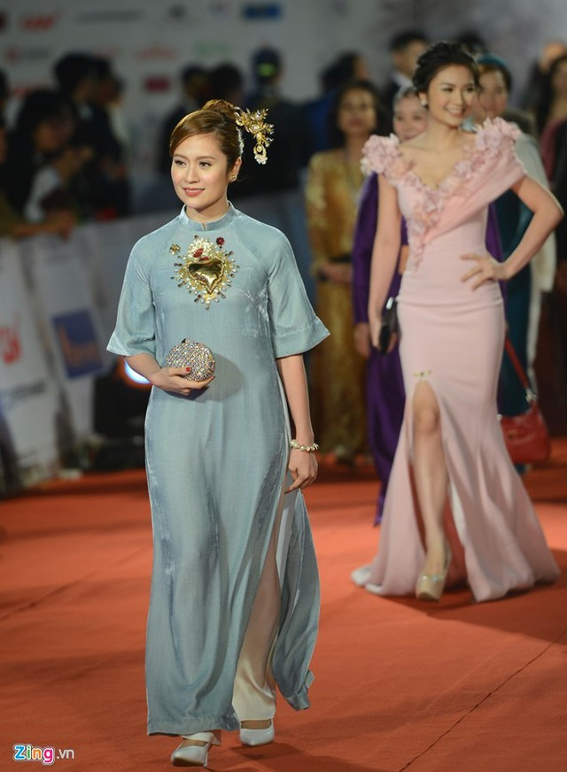 Thanh Thúy diện áo dài cách tân bước đi trên thảm đỏ Liên hoan phim Quốc tế Hà Nội lần thứ IV.