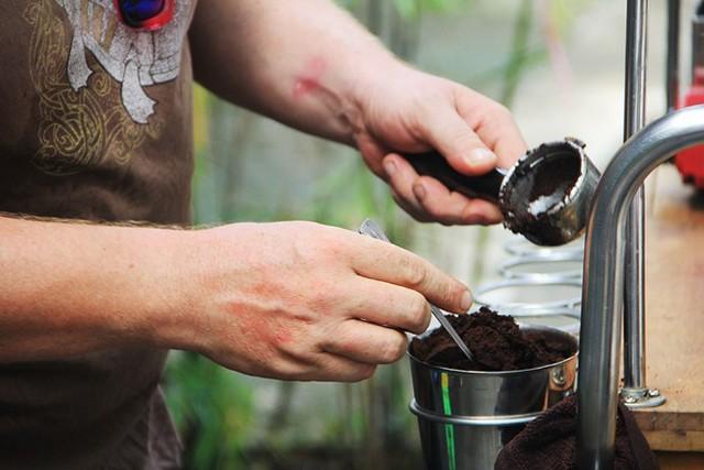 Vincent tỉ mỉ pha từng ly cà phê cho khách hàng. Ảnh: Thái Nguyễn
