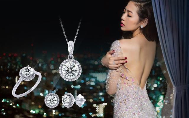 Với bộ đầm khoe trọn lưng trần gợi cảm, Tú Anh thể hiện vẻ đẹp lãng mạn cùng thiết kế trang sức kim cương tinh tế, được tạo hình cánh hoa làm nổi bật viên chủ lấp lánh.