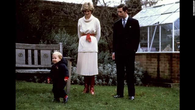 Hoàng tử William chập chững những bước đi đầu tiên trong ánh mắt theo dõi đầy trìu mến của bố mẹ ở sân vườn điện Kensington vào ngày 14/12/1983.