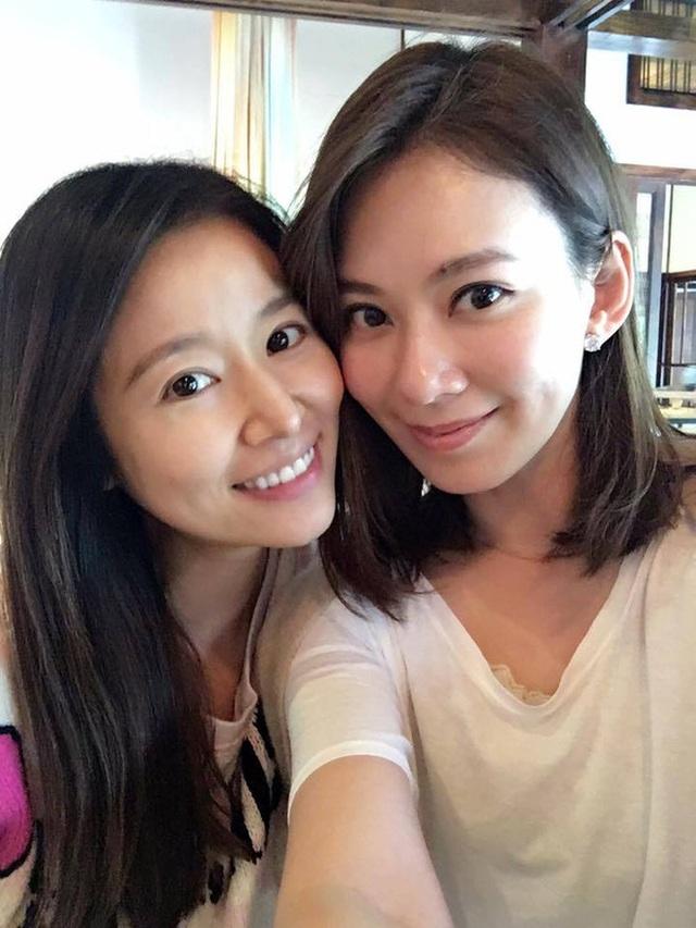 Lâm Tâm Như bế bụng bầu đi ăn cùng một người bạn.
