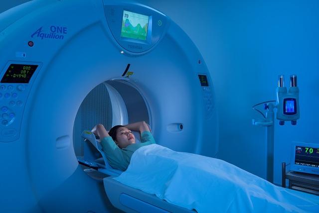 Máy chụp cắt lớp vi tính Aquilion One (hãng Toshiba) với 640 lát cắt tại Bệnh viện ĐKQT Vinmec Hạ Long giúp giảm thiểu thời gian chụp và chẩn đoán sớm các bất thường chính xác.