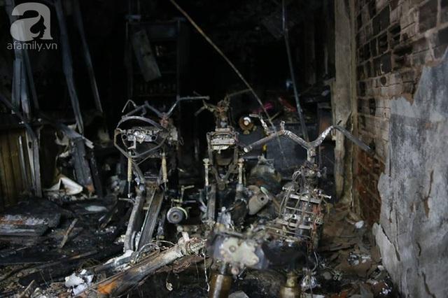 Những chiếc xe máy trong nhà bị cháy trơ khung.