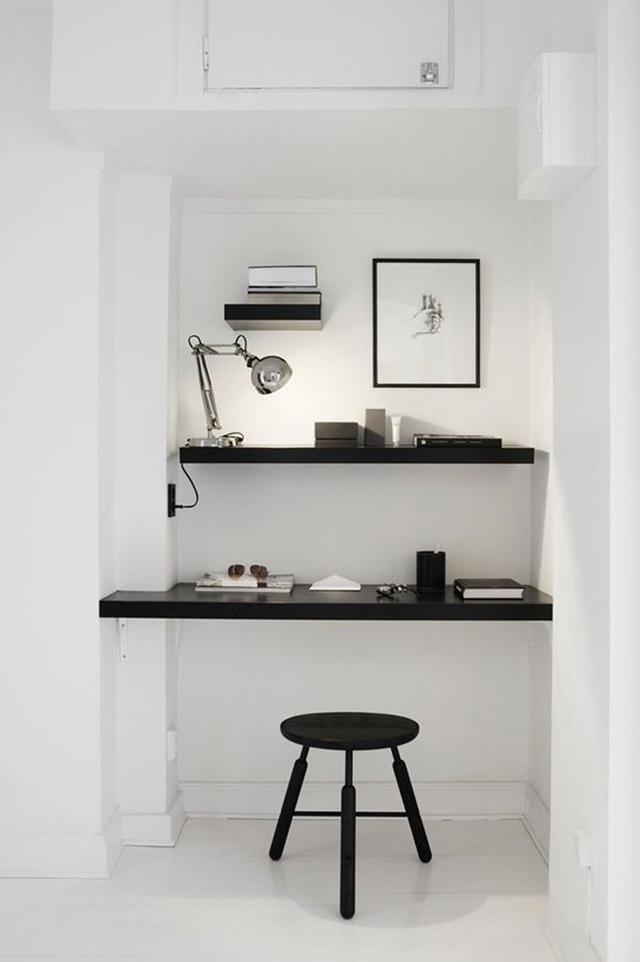 3. Nhà chật nhưng nếu bạn dành nhiều thời gian để làm việc tại nhà thì vẫn nên tách biệt khu vực chức năng này với các không gian khác bằng hệ thống kệ sách và bàn làm việc.