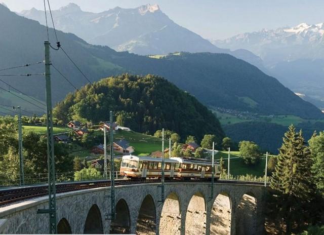 Trường Leysin American, Thụy Sĩ, học phí 82.000 USD/năm. Đây là trường học danh giá, nổi tiếng với các khu trượt tuyết và trượt ván tuyết. Học sinh tại đây được chơi các môn thể thao trên núi