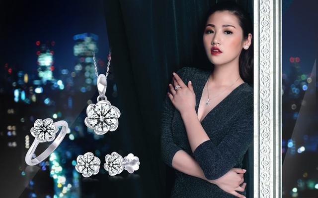 """Đây là những thiết kế nằm trong BST trang sức mới nhất Đông Xuân năm nay có tên gọi """"Lấp lánh diệu kỳ"""", lấy cảm hứng từ những viên kim cương đặc biệt Hearts & Arrows có kiểu cắt lý tưởng, tạo ánh sáng phản chiếu hình 8 trái tim & 8 mũi tên độc đáo."""