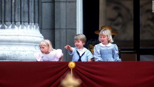 Từ hành lang điện Buckingham, hoàng tử bé ngắm nhìn lễ diễu hành mừng sinh nhật của hoàng tộc cùng với công chúa Gabriella Windsor (trái) và công chúa Zara Phillips.