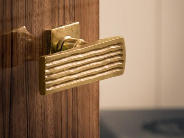 Tay nắm cửa là một trong số những đồ nội thất đầu tiên được chọn lựa. Đây là tay nắm cửa làm từ đồng thau được làm bởi các nghệ nhân Paris và gắn trên cửa gỗ Paldao từ Đông Nam Á.