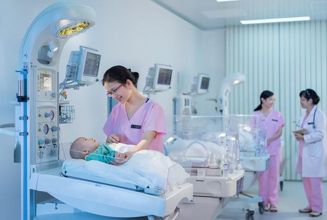"""Tại Vinmec Hạ Long, hệ thống """"lồng ấp"""" trẻ sơ sinh cao cấp đa chức năng, hệ thống giường sưởi... cao cấp giúp em bé được chăm sóc tốt nhất ngay từ khi lọt lòng."""
