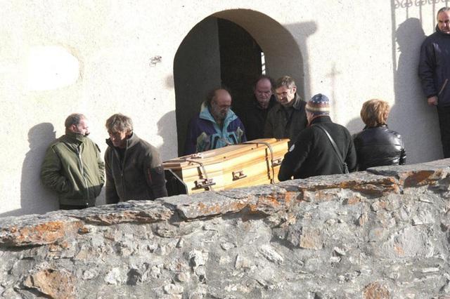 Không lâu sau đó, ông Marcel thiệt mạng trong một vụ tai nạn nhiều uẩn khúc.