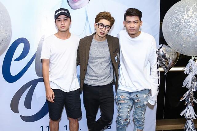 Đạo diễn Huy Cương và nhạc sĩ Addy Trần đến chung vui cùng cha đẻ của hit Anh muốn em sống sao trong ngày ra sản phẩm mới.