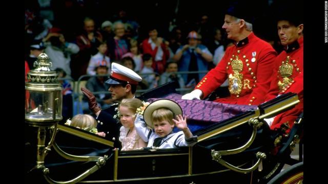 Hoàng tử nhỏ vẫy chào mọi người trên đường đến dự đám cưới Hoàng tử Andrew và Sarah Ferguson vào 23/7/1986.
