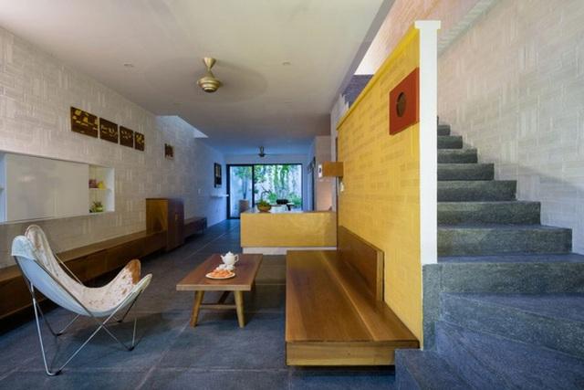 Phòng khách vừa hiện đại vừa cổ điển với nội thất gỗ mộc mạc, tối giản.