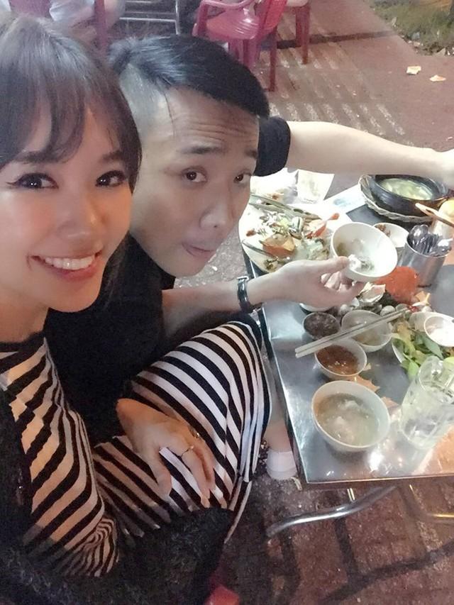 """Hình ảnh được Hari Won chia sẻ trên trang cá nhân cách đây ít phút. Nữ ca sĩ Anh cứ đi đi viết: """"Chủ quán mời canh khổ qua cá thác lác. Hy vọng nỗi khổ cũng sẽ qua"""". Nói về hôn lễ, Trấn Thành tâm sự anh là người không tin vào hôn nhân nhưng giờ đây anh muốn có một mái ấm gia đình cùng Hari Won. Ảnh: FB."""
