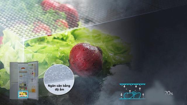 Hộc đựng rau củ với bề mặt lưới giúp giữ nước và bù ẩm hiệu quả.