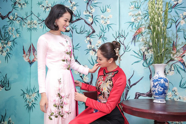 Phạm Hương còn chỉnh tà áo dài cho Hạ Vi.