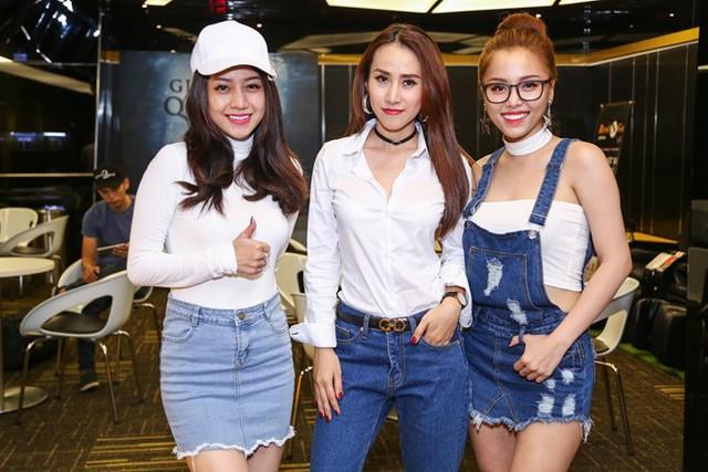Ba cô gái của nhóm Mắt Ngọc phiên bản mới ăn mặc trẻ trung tới chung vui cùng đồng nghiệp.