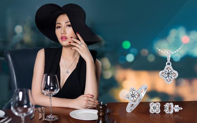 Với kiểu đầm xẻ cổ sâu, Tú Anh chọn trang sức kim cương có thiết kế phá cách và độc đáo để thể hiện cá tính của cô nàng trưởng thành đầy quyến rũ.