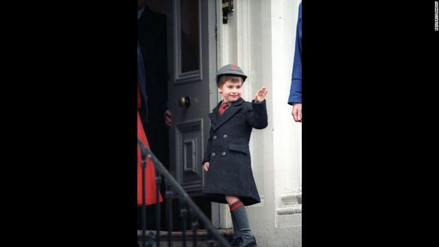 Ngày nhập học của hoàng tử William tại trường tiểu học Wetherby, London ngày 15/1/1987. Nét mặt cậu nhóc không giấu nổi sự hào hứng và tinh nghịch.