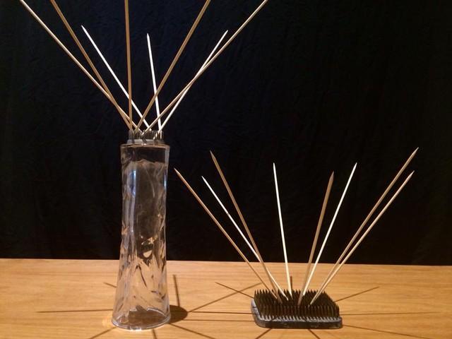 Sự khác biệt giữa cách cắm xiên chéo bình thường (bình bên phải) và kiểu đan quạt (bình bên trái)