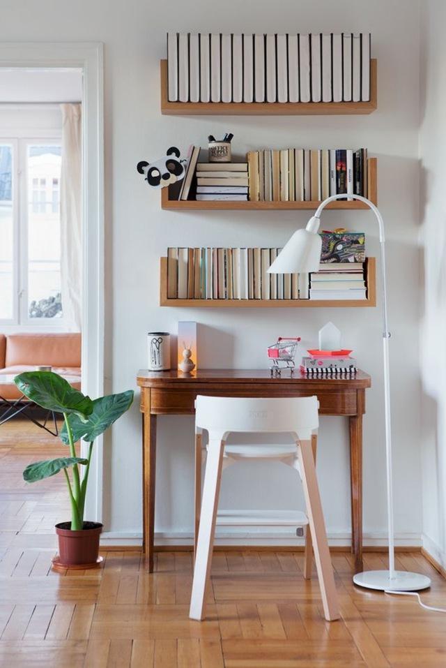 6. Thiết kế hệ thống kệ treo tường, bàn làm việc được chọn lựa kiểu dáng đơn giản phù hợp với góc nhỏ bé.