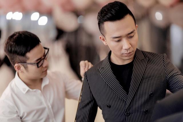 Trấn Thành là người chủ động đặt hàng riêng hai mẫu váy cưới đặc biệt dành cho Hari Won trong ngày trọng đại này. Đây là món quà ý nghĩa mà anh muốn dành tặng vợ tương lai của mình.