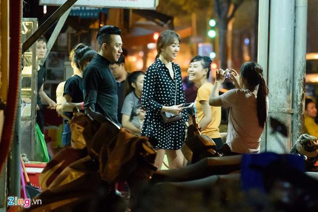 Bị mọi người phát hiện, Trấn Thành và Hari Won vui vẻ chụp ảnh với các bạn trẻ và sau đó nhanh chóng lên xe về nghỉ ngơi.