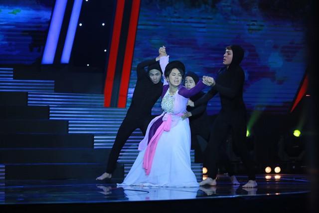Miko Lan Trinh chinh phục khán giả với kỹ năng khiêu vũ. Những bước nhảy dancesport nhẹ nhàng kết hợp thần thái và diễn xuất tốt giúp Lan Trinh đạt được điểm số cao từ giám khảo.