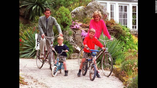 Cả gia đình 4 người cùng nhau đạp xe đi dạo trong khi đi nghỉ tại đảo Scilly, năm 1989.