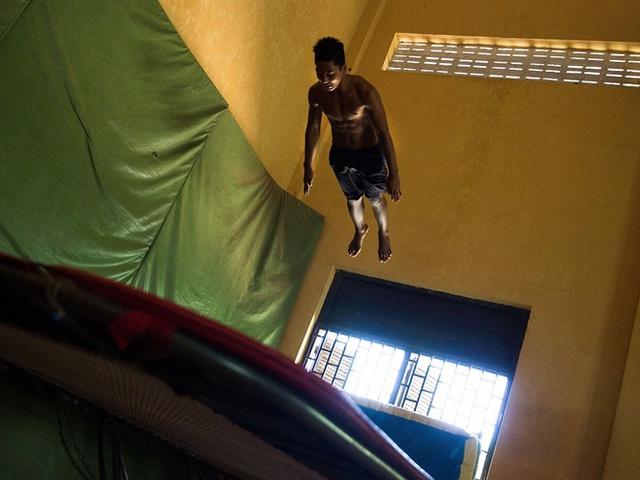 Khu thể thao rộng tổng cộng 230 m2, bao gồm một phòng xông hơi, khu thay đồ riêng cho nam và nữ. Đặc biệt nhất phải kể đến căn phòng dùng để chơi trampoline với trần nhà cao 6m         Hội trường rộng 200 m2, đủ chỗ cho 150 người ngồi ăn và 200 người khi có tiệc đứng. Một phía tường là lò sửa cao gần 2m, trong khi phía còn lại lắp nguyên một màn hình rộng 6m.  Hàng năm Gates đều tổ chức một buổi đấu giá từ thiện và từng có nhân viên Microsoft sẵn sàng trả 35.000 USD chỉ để đi tham quan Xanadu 2.0.      Ngôi nhà có tới 24 phòng tắm và 6 phòng bếp, sẵn sàng phục vụ vào những dịp tiệc tùng.         Thư viện rộng gần 200m2, có mái vòm và 2 kệ sách bí mật. Đây cũng là nơi cất giữ bản Codex Leicester viết tay của Leonardo Da Vinci mà Gates đã mua với giá 30,8 triệu USD vào năm 1994.         Rạp chiếu phim tại gia có sức chứa 20 người, trang trí theo phong cách Art Deco với ghế nhung và còn lắp thêm cả một chiếc máy làm bắp rang bơ.         Bill Gates cũng xây một ngôi nhà rộng 80m2 riêng biệt trên sà lan.      Garage để xe được xây dựng rải rác khắp dinh thự. Đặc biết nhất phải kể đến hầm để xe ngầm như một hang động dưới lòng đất, có sức chứa tới 10 chiếc ôtô.   Cây phong ưa thích của Gates được lắp đặt thiết bị theo dõi 24/7 và hệ thống tự động tưới nước khi cần.