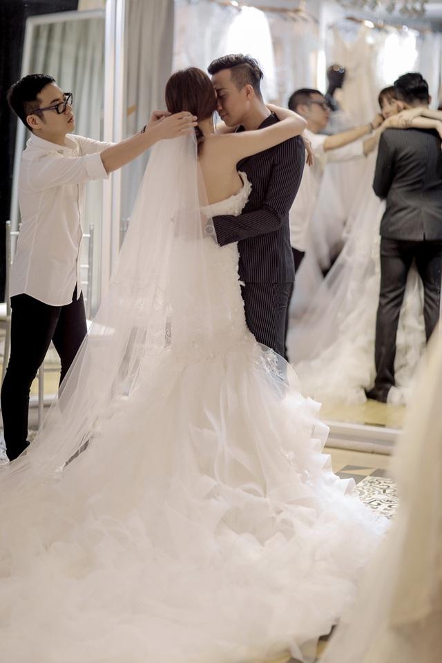 Khoảnh khắc tình cảm của cặp đôi trong khi thử đồ cưới.