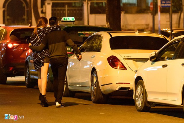 Cặp đôi thể hiện tình cảm khi ra xe.
