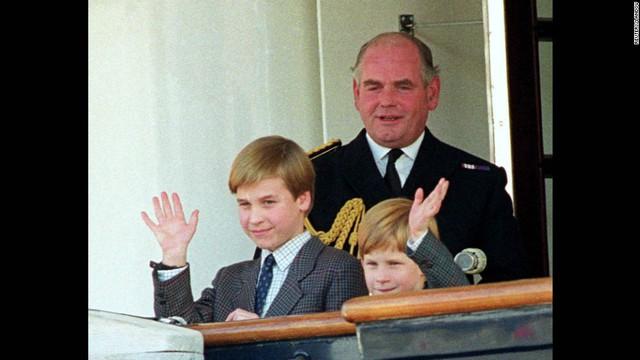 Hoàng tử William và hoàng tử Harry vẫy tay chào mọi người từ du thuyển hoàng gia Britannia vào năm 1991. Thời gian này, William đã có sự thay đổi rõ rệt về ngoại hình, vóc dáng.