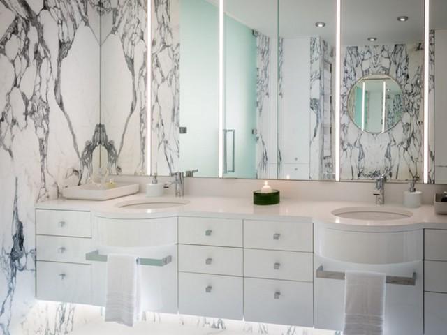 Đội nội thất của 181 Fremont đã dành nhiều tháng ở Italy để tận tay lựa chọn đá cẩm thạch Calacatta Carrara, được lấy từ các vách đá bên bờ biển, để ốp tường phòng tắm.