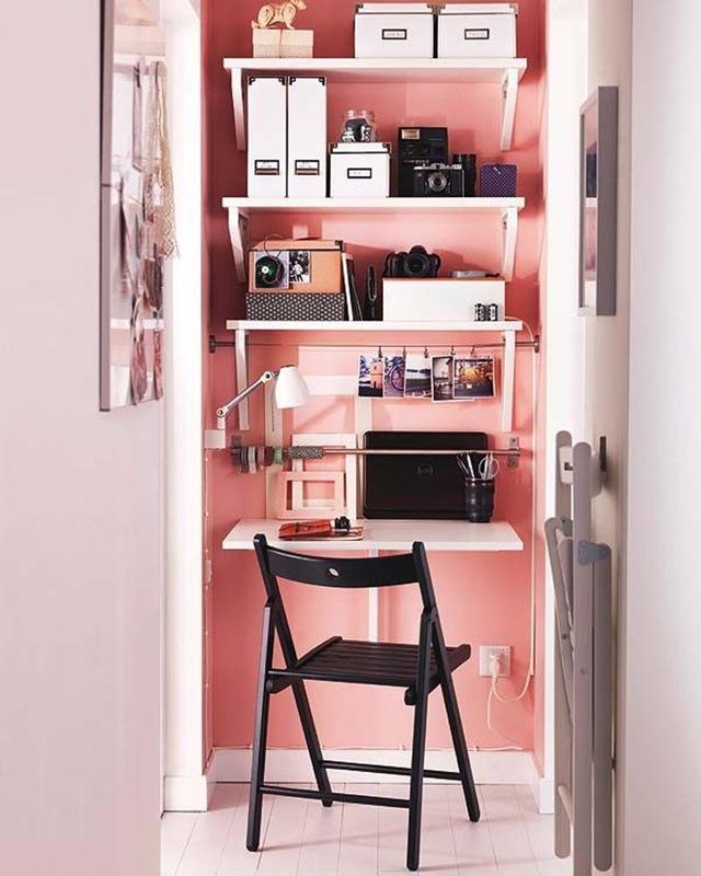 8. Dùng sơn màu bắt mắt, tươi tắn để sơn lên bức tường gắn kệ sách và bàn làm việc để góc nhỏ thêm đáng yêu và vui nhộn hơn.