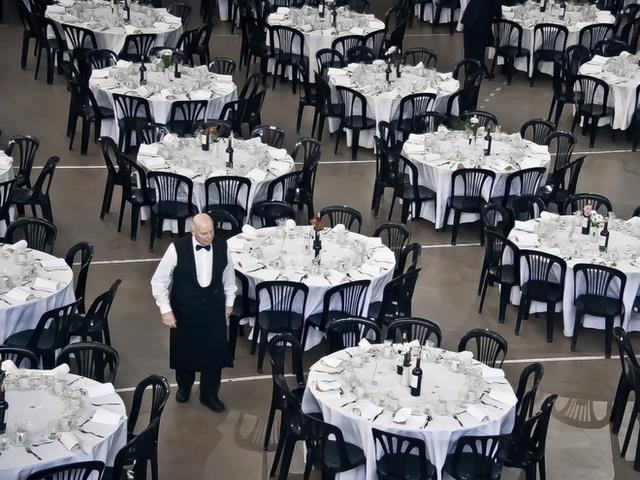 Ngôi nhà có tới 24 phòng tắm và 6 phòng bếp, sẵn sàng phục vụ vào những dịp tiệc tùng.         Thư viện rộng gần 200m2, có mái vòm và 2 kệ sách bí mật. Đây cũng là nơi cất giữ bản Codex Leicester viết tay của Leonardo Da Vinci mà Gates đã mua với giá 30,8 triệu USD vào năm 1994.         Rạp chiếu phim tại gia có sức chứa 20 người, trang trí theo phong cách Art Deco với ghế nhung và còn lắp thêm cả một chiếc máy làm bắp rang bơ.         Bill Gates cũng xây một ngôi nhà rộng 80m2 riêng biệt trên sà lan.      Garage để xe được xây dựng rải rác khắp dinh thự. Đặc biết nhất phải kể đến hầm để xe ngầm như một hang động dưới lòng đất, có sức chứa tới 10 chiếc ôtô.   Cây phong ưa thích của Gates được lắp đặt thiết bị theo dõi 24/7 và hệ thống tự động tưới nước khi cần.