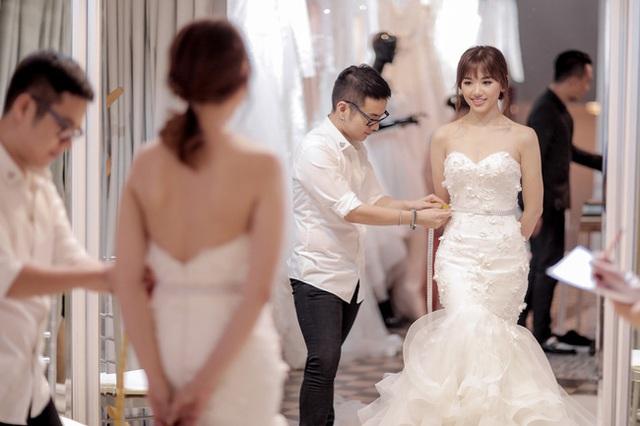 Để mang đến hình ảnh sang trọng, phù hợp với cặp đôi này, nhà thiết kế đã chuẩn bị một váy xòe bồng bềnh, một chiếc váy đuôi cá quyến rũ cho cô dâu.