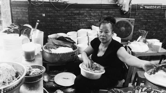 Không chửi khách, bà Thảo chỉ chuyên tâm bán hàng và còn chẳng kịp quay lại ngó mặt khách.