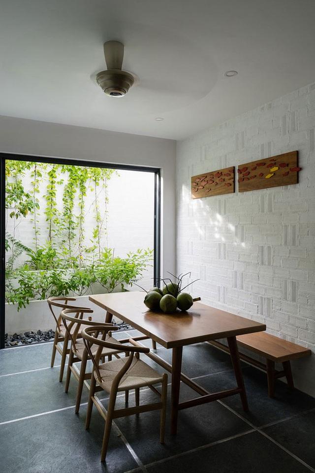 Phòng ăn cũng được bố trí cạnh một khu vườn.