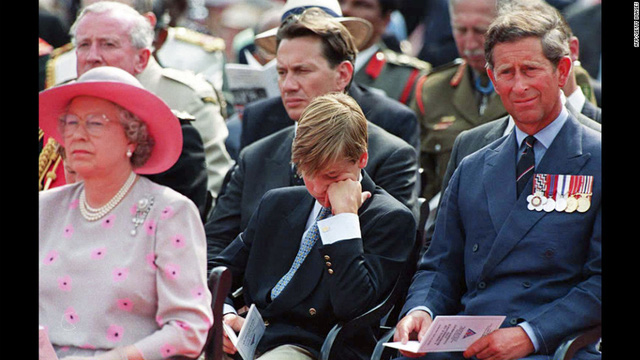 Hoàng tử Willam, với cơn buồn ngủ khó cưỡng, cùng nữ hoàng Elizabeth II và Thái tử Charles tham gia lễ tưởng niệm bên ngoài điện Buckingham tháng 8/1995.