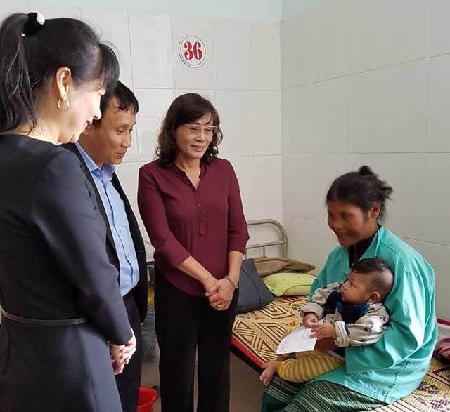 Đại diện Cục Quản lý khám chữa bệnh thăm hỏi bệnh nhân điều trị tại BVĐK tỉnh Quảng Trị