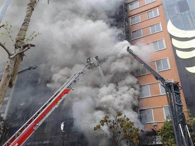 Quán cao tầng, bao bọc bởi thép, mặt kính dày, gây khó khăn trong công tác chữa cháy. Ảnh: Ngọc Thi