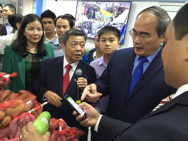 Ông Võ Kim Cự giới thiệu tới Chủ tịch Nguyễn Thiện Nhân hình thức truy xuất nguồn gốc thực phẩm thông qua mã vạch được gắn trên thực phẩm.