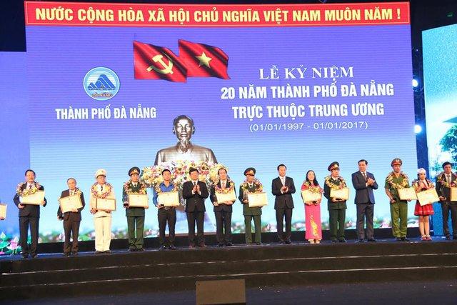 Dịp này, UBND TP Đà Nẵng đã tặng bằng khen cho 20 công dân tiêu biểu vì những đóng góp trên tất cả các lĩnh vực y tế, giáo dục, an ninh trật tự, thể thao...Ảnh: H.K