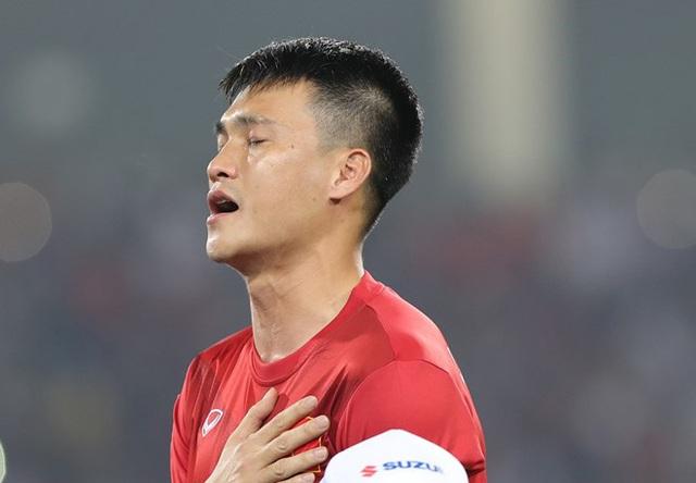 Trong lễ chào cờ và hát quốc ca ở trận đấu tối qua, đôi mắt Lê Công Vinh trào lệ. Khoảnh khắc ấy lay động trái tim hàng triệu người hâm mộ bóng đá.