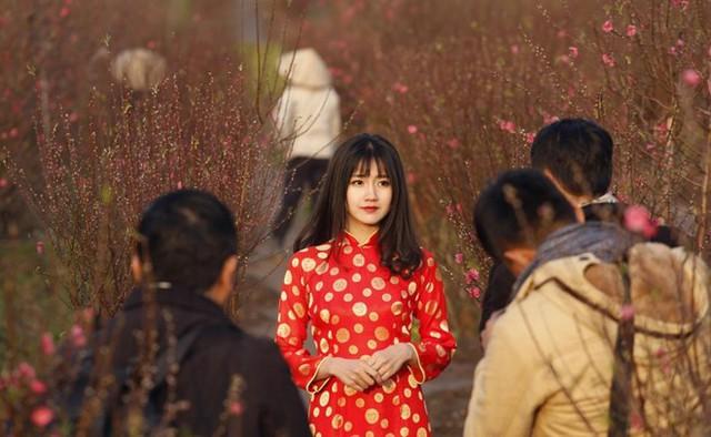 Mới đây, Hãng thông tấn Reuters vừa công bố 155 bức ảnh do phóng viên hãng này chụp tại 155 quốc gia. Mỗi bức ảnh đại diện cho một sự kiện hay nét văn hóa đặc trưng của nước đó trong năm qua. Ở Việt Nam, khoảnh khắc hot girl Kiều Trinh (tên thật Nguyễn Hoàng Kiều Trinh) mặc áo dài đỏ thướt tha giữa vườn đào bất ngờ lọt vào danh sách trên. Bức ảnh chụp Kiều Trinh trên Reuters được ghi chú: Việt Nam - một thiếu nữ trong bộ áo dài truyền thống tạo dáng chụp hình bên hoa đào nở rộ, ở một vườn hoa tại Hà Nội trước Tết Nguyên đán Bính Thân 2016 (ngày 7/2/2016). Ảnh: Reuters.