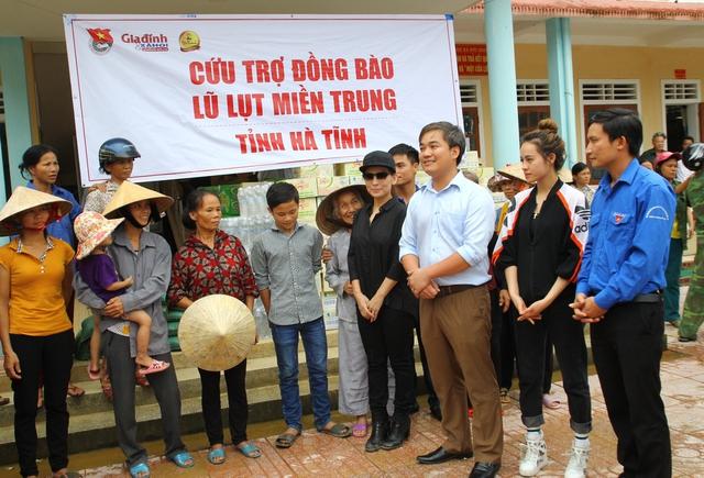 Lãnh đạo Báo GĐ&XH cùng ca sĩ Phi Nhung (áo đen) chia sẻ với người dân bị thiệt hại do bão lũ tại xã Đức Giang, huyện Vũ Quang.