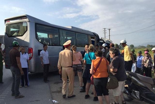 Vụ tai nạn khiến nhiều hành khách nước ngoài hoảng loạn. Ảnh: H.Ninh
